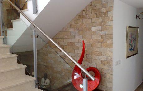 בריקים ללא פוגה חדר מדרגות