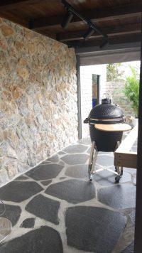 אבן פראית לחיפוי קיר חיצוני