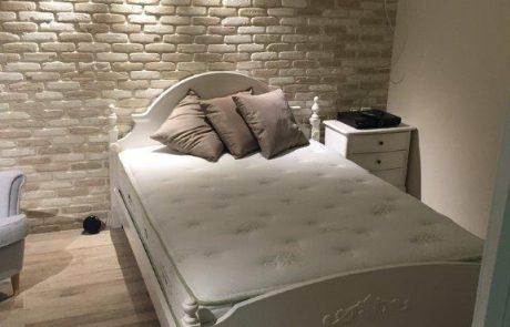 בריקים לבנים לחיפוי פנים בחדר שינה