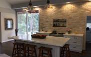 קיר בריקים במטבח