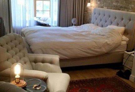 בריקים מחוספסים לחדר שינה