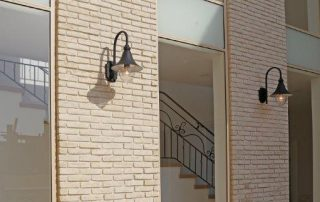 בריקים צרים לבנים לחיפוי קירות חוץ
