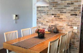 אבן טבעית דגם מאיו - חיפוי קיר פנימי בפינת אוכל (1)