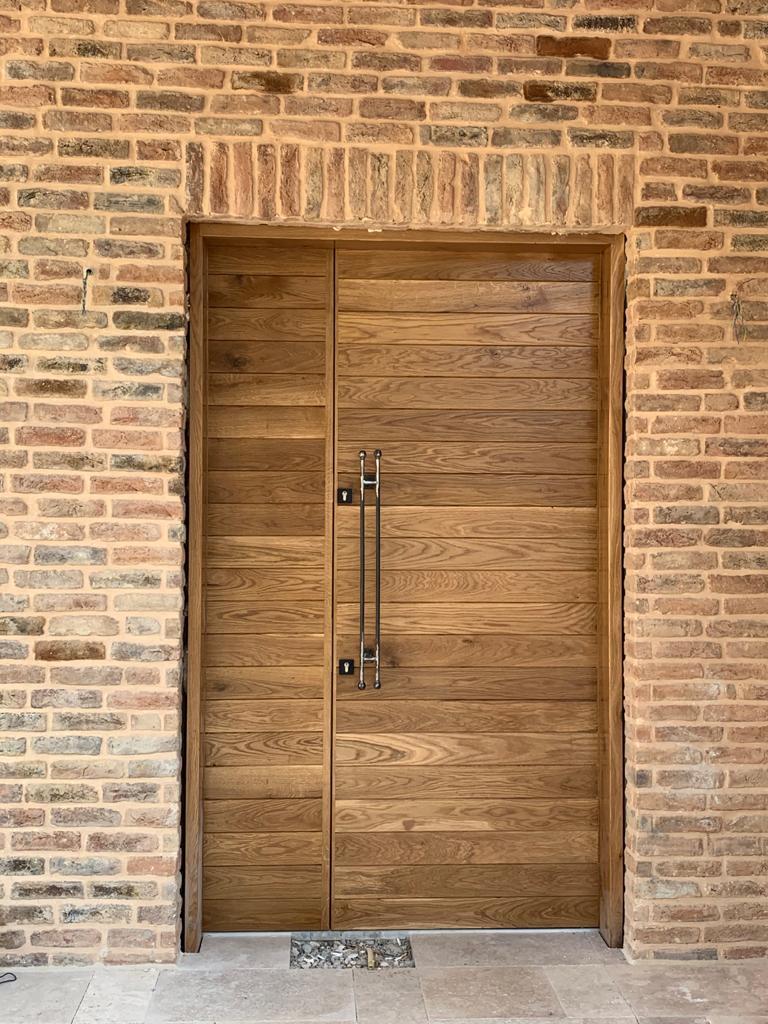 בריקים מפירוק חיפוי קיר חיצוני - דלת כניסה