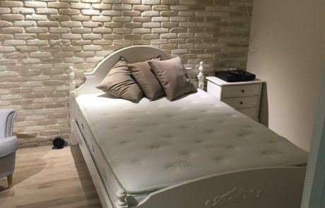 בריקים רטרו דגם בלאנש - חיפוי קירות פנים בחדר שינה