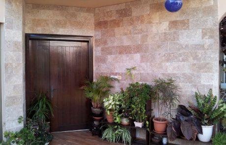 בריק אבן טבעית בגוון מוקה - חיפוי קירות חוץ