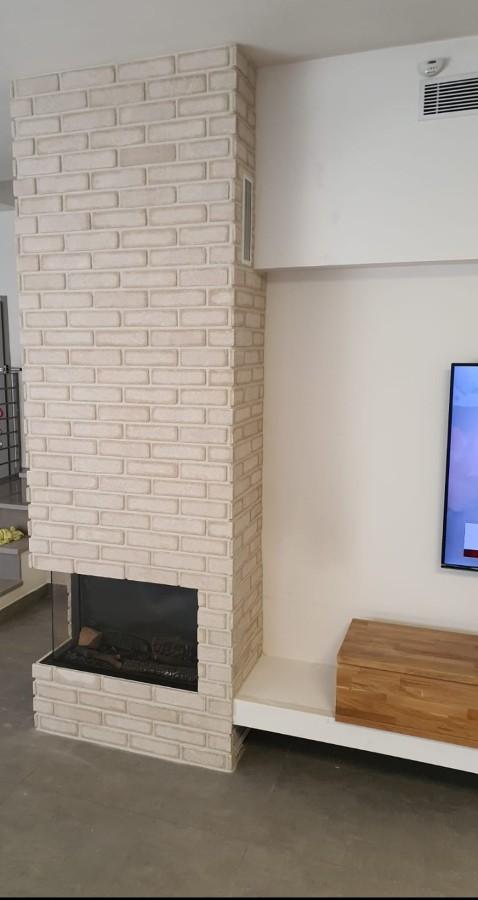 עיצוב קיר עם קמין - אבן בוסקו לבן